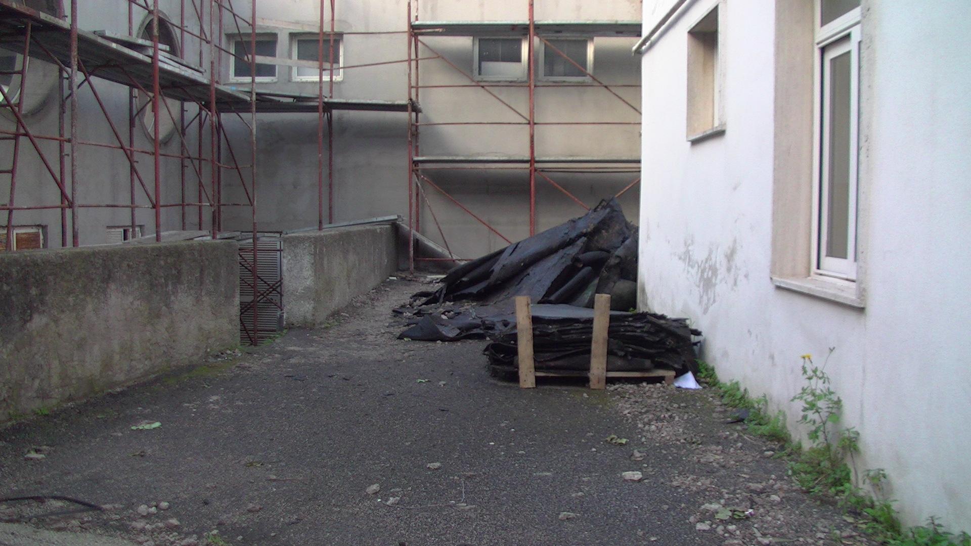 Photo of Scuola Media Scotti, non ancora rimosso l'asfalto volato via