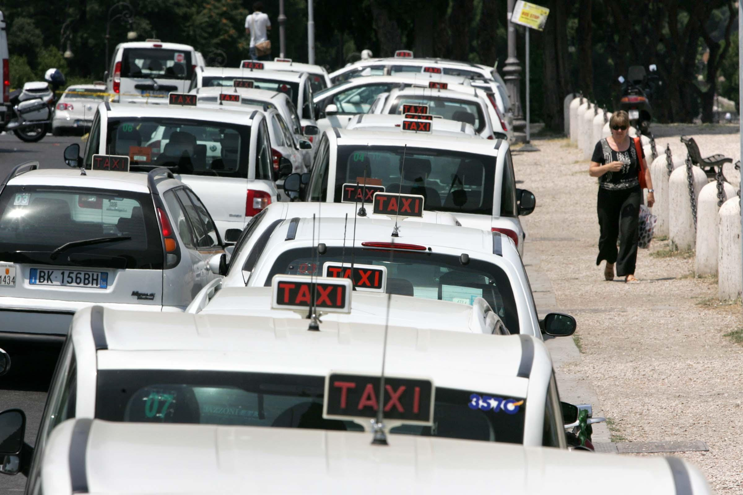 Photo of Taxi sharing anche a Napoli, solo sull'isola resta un tabù