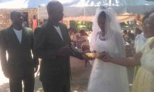 """<span class=""""entry-title-primary"""">Matrimonio in Kenya con l' abito bianco ischitano</span> <span class=""""entry-subtitle"""">Il prezioso abito da sposa in seta è stato donato da Rosy Pugliese a una ragazza del Kikambala Village</span>"""
