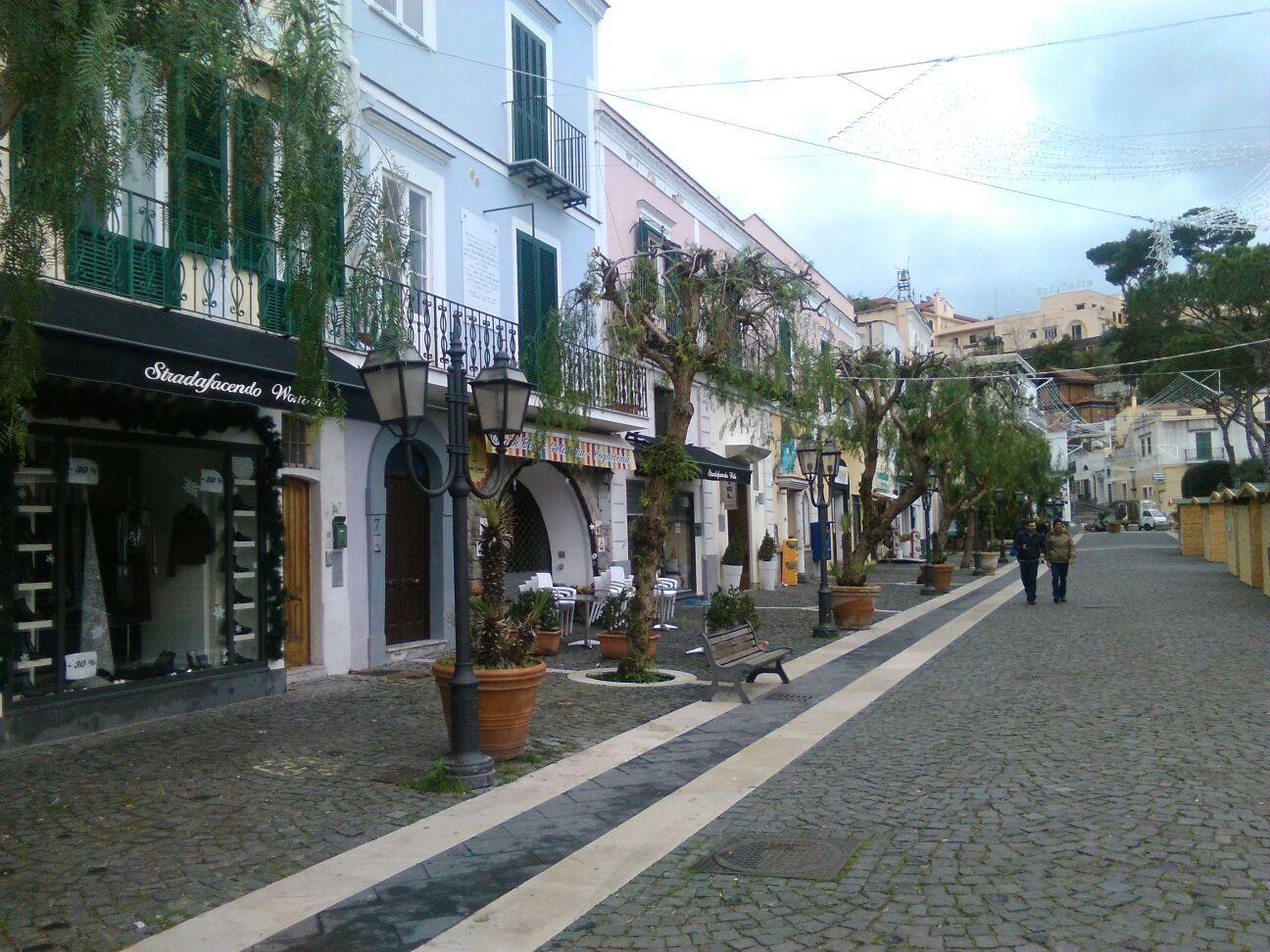 Piazza Marina, l'allarme dei commercianti: «Il Corso rischia di spegnersi»