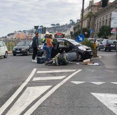 Incidente all'Ancora, scooter finisce contro auto