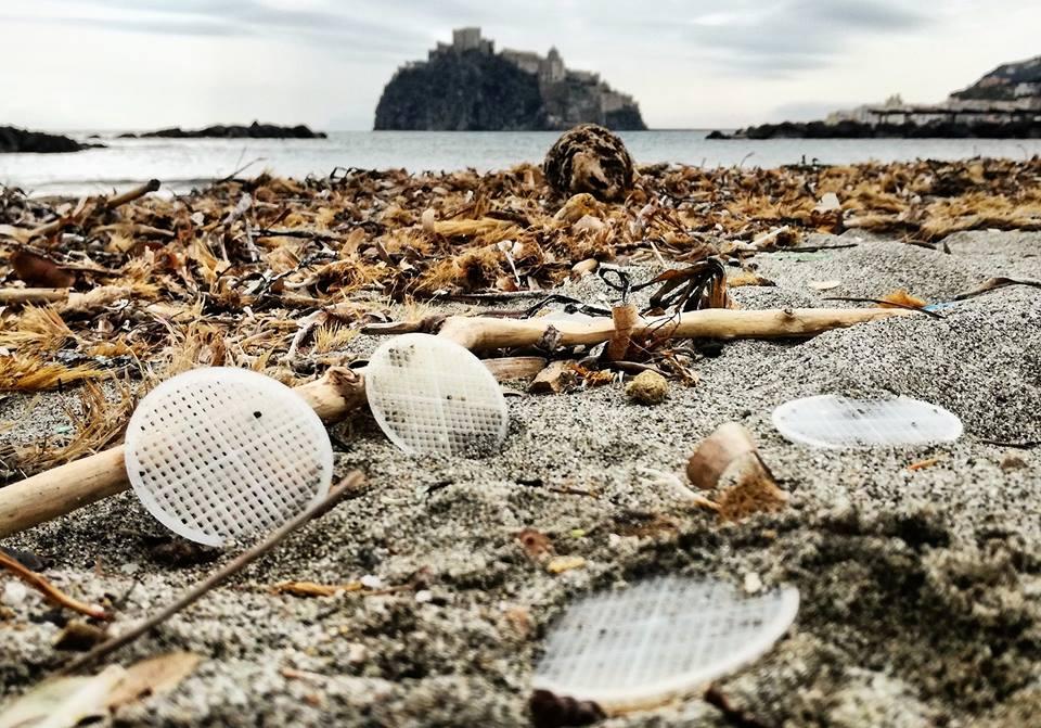 Photo of Attacco al nostro mare: in centinaia i dischetti di plastica spiaggiati