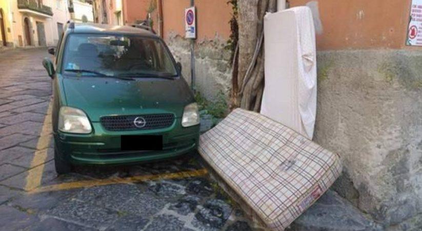 Immondizia in via San Vito, scoppia la polemica: «Non siamo cittadini di serie B»