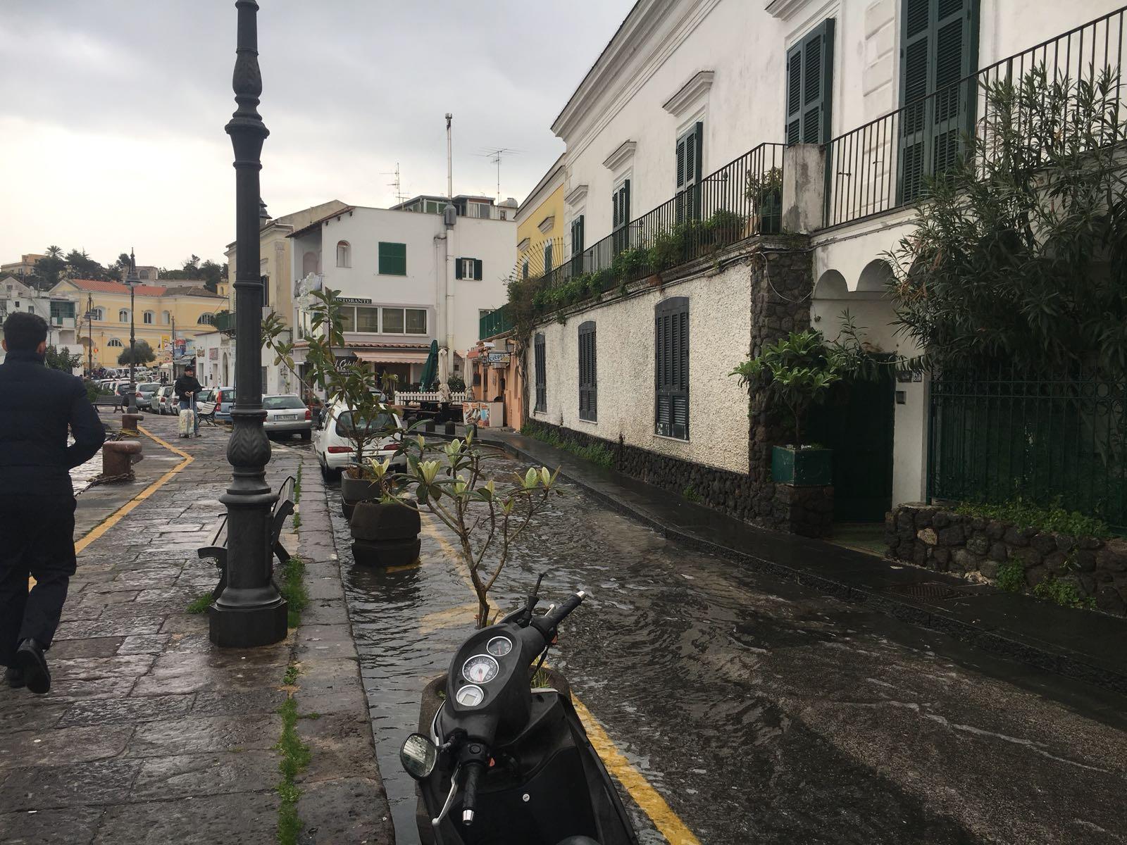 Photo of LA FOTONOTIZIA – Ischia Porto? No, chiamatela Venezia…