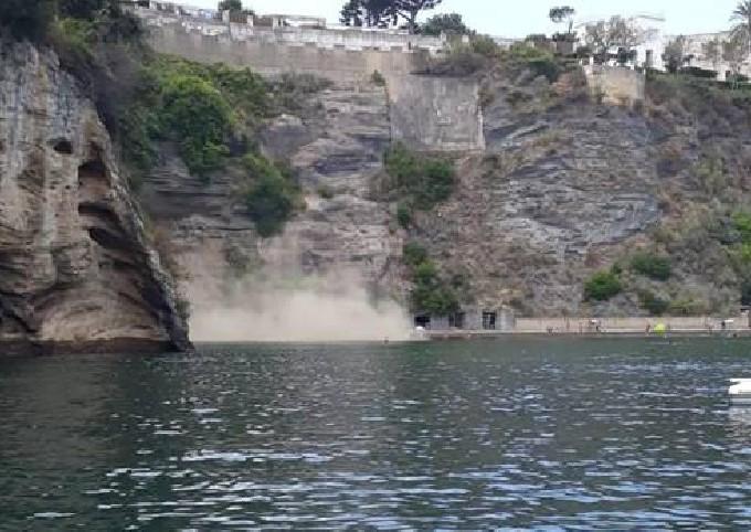 Photo of Procida, costone crolla sulla spiaggia della Chiaia: nessun ferito
