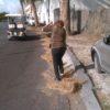 Spazza ogni mattino la strada per Sorgeto, la signora Rosanna un esempio per l'isola
