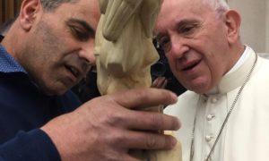 """<span class=""""entry-title-primary"""">L'artista ischitano Nicola Gioba da Papa Francesco: per lui un dono speciale</span> <span class=""""entry-subtitle"""">Il sogno di scolpire """"il bambino di Nagasaki"""" e poi l'emozionante incontro con Bergoglio che manda i saluti a tutti gli ischitani</span>"""