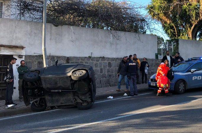 Casamicciola, auto 50 si ribalta e sbatte contro un palo: due feriti