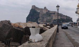 Vergogna a Ischia, ecco la tazza del water con vista sul Castello