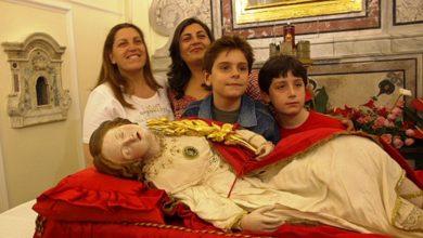 """Photo of Domani """"Piccole Restitute"""" vestite di bianco ai piedi della Santa"""