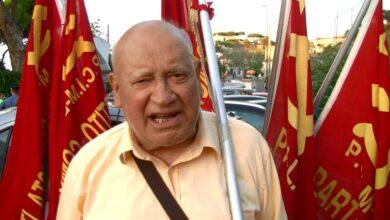 28 luglio 2016. Domenico Savio all'esterno dell'ospedale Rizzoli attorniato dalle bandiere rosse del PCIML