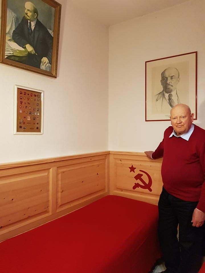 Domenico Savio accanto al suo modesto letto