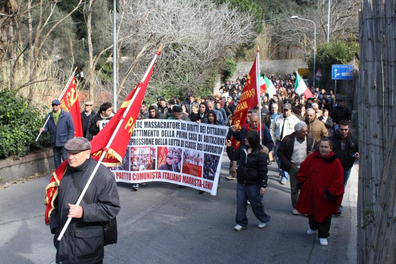 Domenico Savio guida imponente manifestazione di popolo contro gli abbattimenti delle case di necessità