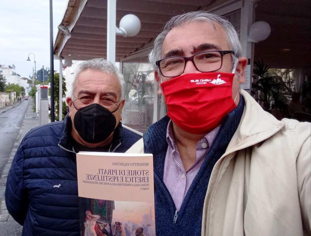 GENNARO SAVIO CON BENEDETTO VALENTINO CHE GLI FA OMAGGIO DEL SUO RECENTE LIBRO