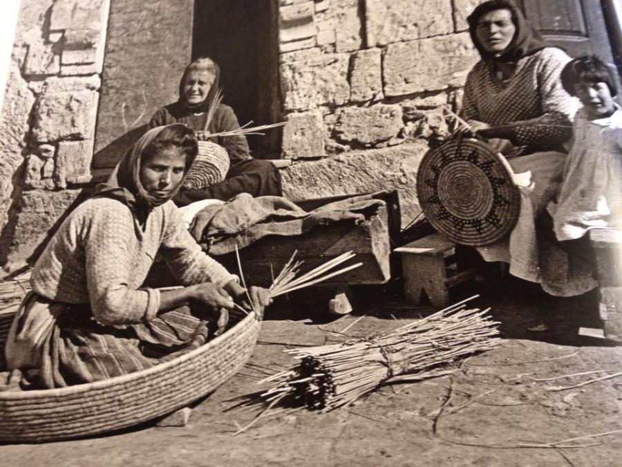 STORICA FOTO DI DONNE DI FONTANA DEL 1898 CHE COSTRUISCONO CESTE DI RAFIA CON LA CAROSELLA