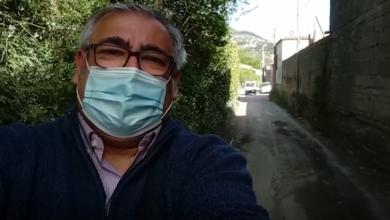 Gennaro savio mostra il pauroso dissesto stradale presente in via Arenella
