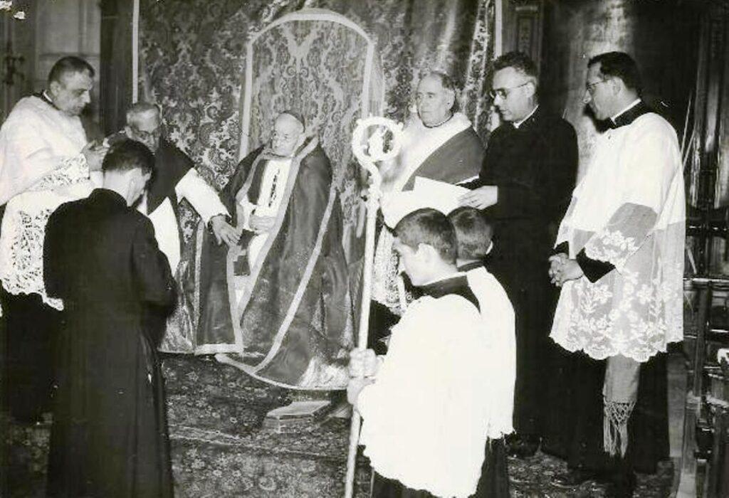 PRIMI ANNI '50 - IL VESCOVO ERNESTO DE LAURENTIIS E CANONICI IN CATTEDRALE