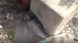 Serbatoio di eternit spaccato in via Arenella non viene rimosso da anni