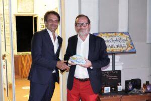 Il direttore de Il Mattino, Federico Monga, premiato da Rosario Piscitelli, Line Manager del gruppo SNAV-Aponte.