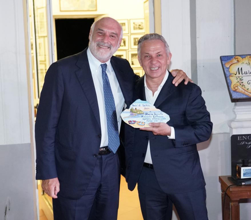 Marco Durante, presidente e fondatore di LaPresse premiato dall'imprenditore Maurizio Marinella.
