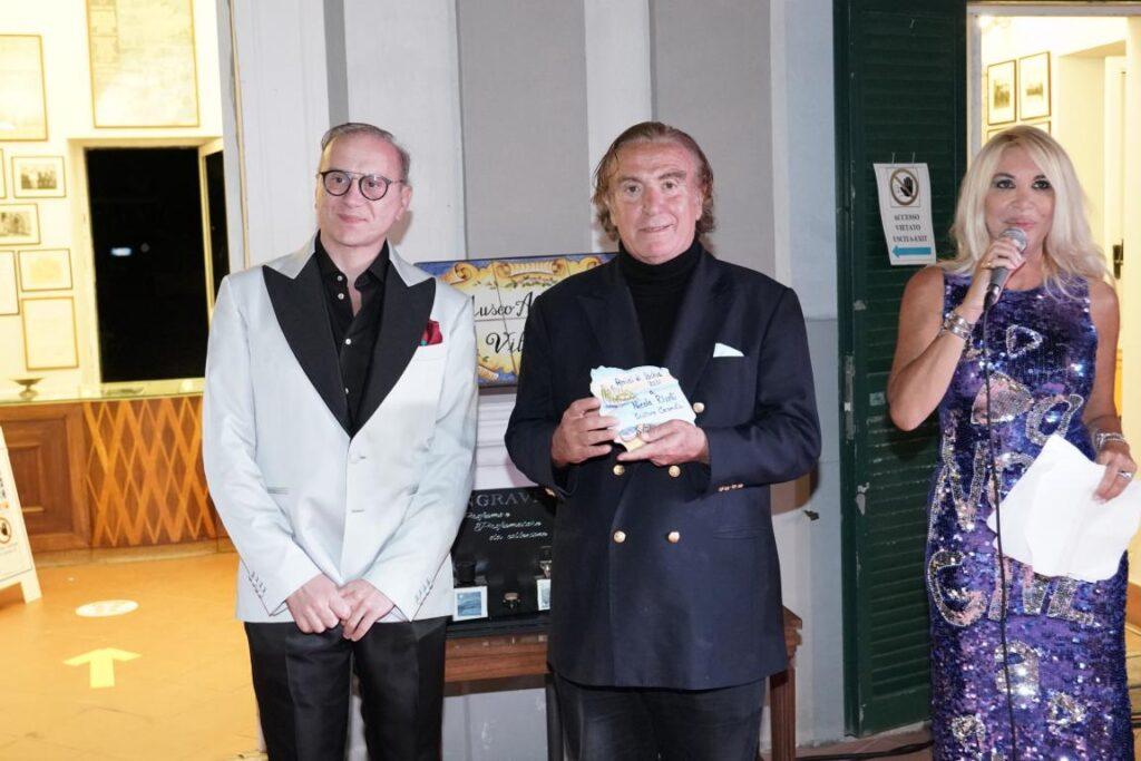 Nicola Rivelli, artista e scultore, riceve il premio dal noto chirurgo plastico Silvio Smeraglia.