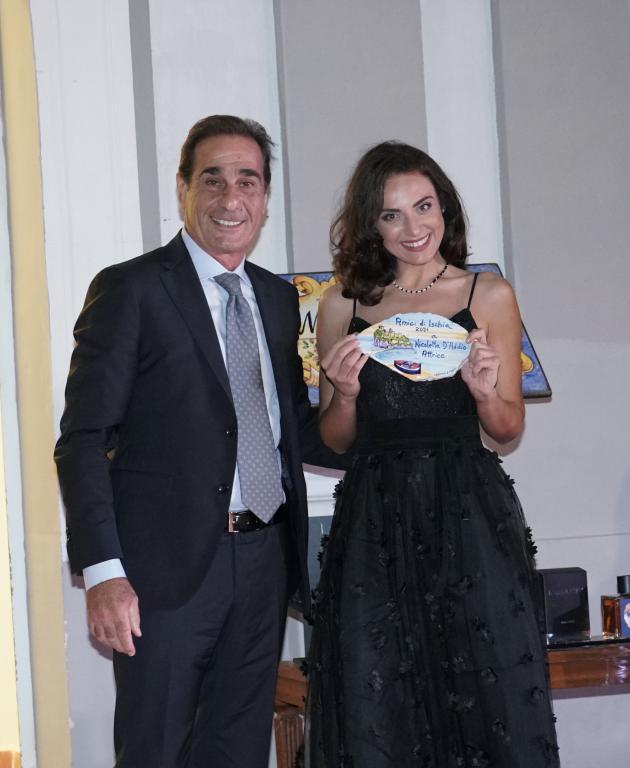 Nicoletta d'Addio, attrice nel Commissario Ricciardi, premiata dal sindaco di Lacco Ameno, Giacomo Pascale.