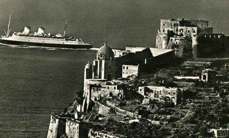 Il Conte di Savoia al largo di Ischia