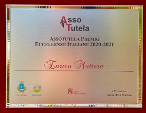LA TARGA PREMIO CHE L'ISCHITANO ENRICO MATTERA HA RITIRATO A ROMA
